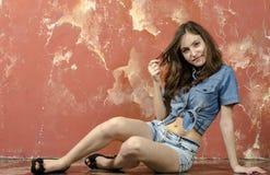 Muchacha adolescente joven alegre en pantalones cortos del dril de algodón Fotos de archivo libres de regalías
