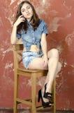 Muchacha adolescente joven alegre en pantalones cortos del dril de algodón Fotografía de archivo libre de regalías