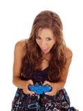 Muchacha adolescente joven con la boca del regulador del juego abierta Imagen de archivo
