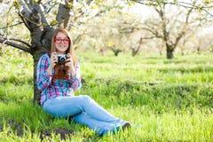 Muchacha adolescente joven con la cámara retra Fotografía de archivo
