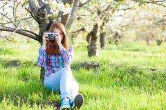Muchacha adolescente joven con la cámara retra Imagen de archivo libre de regalías