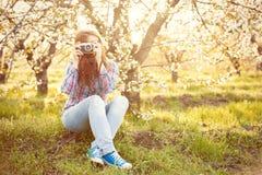 Muchacha adolescente joven con la cámara retra Fotografía de archivo libre de regalías