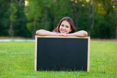 Muchacha adolescente joven con la pizarra Foto de archivo