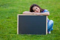 Muchacha adolescente joven con la pizarra Imagenes de archivo