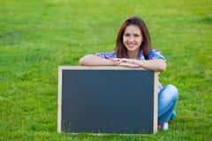 Muchacha adolescente joven con la pizarra Fotografía de archivo libre de regalías