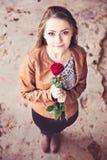 Muchacha adolescente joven con la rosa del rojo Fotos de archivo