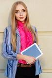 Muchacha adolescente joven con la tableta al aire libre Foto de archivo libre de regalías