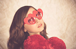 Muchacha con las gafas de sol en forma de corazón Fotos de archivo libres de regalías