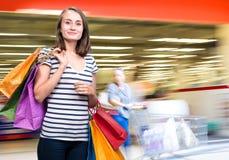 Muchacha adolescente joven con los panieres Imagen de archivo