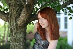 Muchacha adolescente joven del redhead bonito con las pecas Fotos de archivo libres de regalías