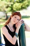 Muchacha adolescente joven del retrato al aire libre que se inclina en poste Imagen de archivo libre de regalías