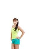 Muchacha adolescente joven despreocupada sonriente en la camiseta verde en blanco limpia Foto de archivo