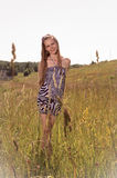 Muchacha adolescente joven en el campo Fotos de archivo