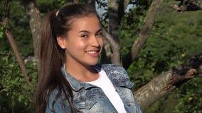 Muchacha adolescente joven en el parque Foto de archivo libre de regalías
