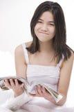 Muchacha adolescente joven en la alineada blanca, exasperada Fotos de archivo libres de regalías