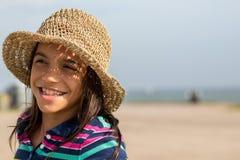 Muchacha adolescente joven en la playa con el sombrero Fotos de archivo libres de regalías