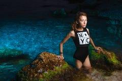 Muchacha adolescente joven en lanzamiento de la moda del mar en la puesta del sol Imagen de archivo libre de regalías