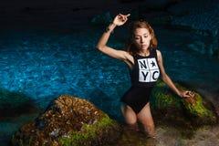 Muchacha adolescente joven en lanzamiento de la moda del mar en la puesta del sol Imagen de archivo