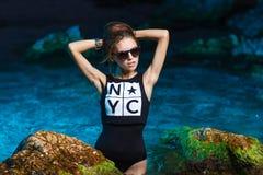 Muchacha adolescente joven en lanzamiento de la moda del mar en la puesta del sol Foto de archivo libre de regalías