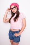 Muchacha adolescente joven en sombrero y vidrios rosados Imagen de archivo