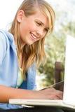 Muchacha adolescente joven en un ordenador Fotos de archivo libres de regalías