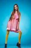 Muchacha adolescente joven en una presentación rosada del vestido Imagenes de archivo
