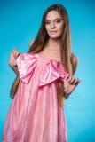 Muchacha adolescente joven en una presentación rosada del vestido Fotografía de archivo libre de regalías