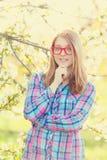 Muchacha adolescente joven en vidrios rojos Fotos de archivo libres de regalías