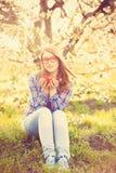 Muchacha adolescente joven en vidrios rojos Fotografía de archivo libre de regalías