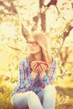 Muchacha adolescente joven en vidrios rojos Imágenes de archivo libres de regalías