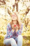 Muchacha adolescente joven en vidrios rojos Imagen de archivo