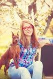 Muchacha adolescente joven en vidrios rojos con dios Fotos de archivo