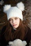 Muchacha adolescente joven encantadora en sombrero blanco de moda Fotos de archivo libres de regalías