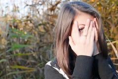 Muchacha adolescente joven feliz al aire libre Foto de archivo libre de regalías