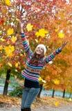 Muchacha adolescente joven feliz en paisaje del otoño Imagen de archivo