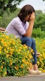 Muchacha adolescente joven gritadora que se sienta en parque Fotos de archivo libres de regalías