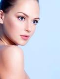 Muchacha adolescente joven hermosa con la piel limpia Foto de archivo