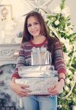 Muchacha adolescente joven hermosa con los regalos de Navidad Imagen de archivo libre de regalías