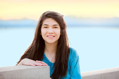Muchacha adolescente joven hermosa que goza al aire libre por el lago en la puesta del sol Fotos de archivo libres de regalías