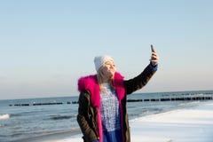 Muchacha adolescente joven hermosa que se divierte y que hace el selfie Imágenes de archivo libres de regalías