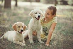 Muchacha adolescente joven linda de la escena preciosa del perrito del perro perdiguero que goza planteando vacaciones del tiempo Fotografía de archivo libre de regalías