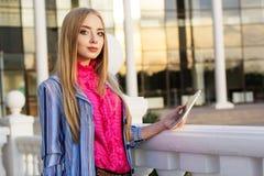Muchacha adolescente joven que comprueba su tableta Fotografía de archivo