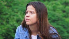 Muchacha adolescente joven que escucha Fotos de archivo libres de regalías
