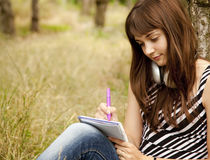 Muchacha adolescente joven que hace la preparación en el parque Fotos de archivo