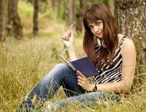 Muchacha adolescente joven que hace la preparación en el parque Fotografía de archivo libre de regalías