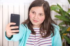 Muchacha adolescente joven que hace un selfie Foto de archivo