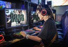 Muchacha adolescente joven que juega a los juegos de ordenador en café de Internet fotografía de archivo libre de regalías