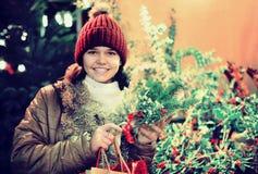 Muchacha adolescente joven que permanece en la Navidad justa Foto de archivo libre de regalías
