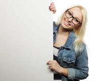 Muchacha adolescente joven que señala en tablero en blanco Fondo blanco Imágenes de archivo libres de regalías