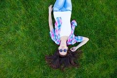 Muchacha adolescente joven que se acuesta Fotografía de archivo